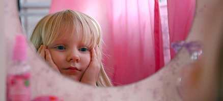 Lille speil på veggen der, hvem er vakrest i landet her?