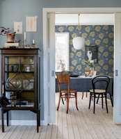 <b>BLÅTT:</b> Med blått på vegger og tekstiler kan du få en rolig start på dagen. Her er det tapeter fra kolleksjonen