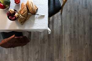 <b>ELEGANT:</b> Mer mørkt gulv og hvit duk kan du få følelsen av å være på en elegant restaurant når du spiser frokost. Her er gulvet Maxwear fra Golvabia. (Foto: Golvabia)