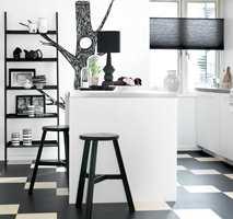 <b>KREATIVT GULV:</b> Et lekent kjøkken kan skapes på gulvet. Her er det lagt Marmoleum Click fra Forbo Flooring. (Foto: Forbo Flooring)
