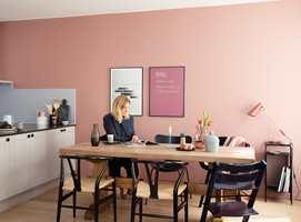 <b>ROSA:</b> Dette kjøkkenet er malt i fargen Slør fra Butinox, og de duse, varme tonene kan invitere til å bli sittende ved frokostbordet en god stund. (Foto: Butinox Interiør)