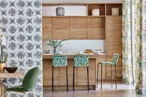 <b>SPIS I NATUREN:</b> Med grønnfarger og treverk ved spiseplassen, kan du få følelsen av å være ute i naturen på ditt eget kjøkken. (Foto: Tapethuset)