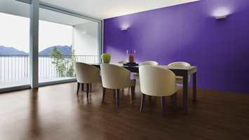 Vurderer du å bruke dristige farger, er det en fin hjelp å teste ut valgene på datamaskinen før du går til innkjøp. Her er brukt:  SAGA Express G5 Eik Innfarget og Smartpanel Trend Plain Purple.