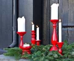 <b>JULEPYNT:</b> Ikke kjøp nytt hvert år – julepynten kan friskes opp, eller du kan gjøre gamle lysestaker til julestaker ved å spraye dem røde. Disse er malt med Quick Bengalack Universallakk i fargen signalrød.