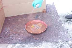 Et gammelt kakefat blir nytt med bronse-spray.