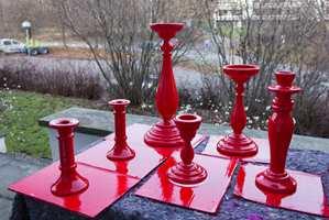 Med litt rød spraylakk blir de gamle lysestakene klare for juletider.