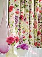 Mer mønster og mer luksuriøse tekstiler brukes til gardinstoff. Og gardinene syes på klassisk måte.