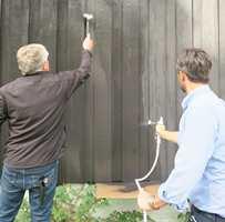 <b>SPRØYTE:</b> Trikset om å male to og to sammen gjelder også når du bruker sprøyte til å påføre malingen. En påfører og nestemann stryker etter med pensel. (Foto: Robert Walmann/ifi.no)