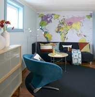 Fototapet av verdenskartet på kortveggen gir rommet et morsomt blikkfang og karakter.