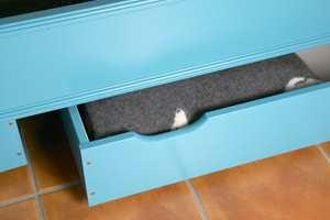 Skuffer under sengen gir plass til dyne, pute, tepper og sengetøy.