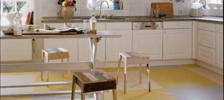 Gulv med innbygget støtdemping gjør kokkeleringen til en behagelig opplevelse også for beina! Harde gulv kan gjøre vondt for knær og rygg når vanlige kjøkkenaktiviteter som baking og matlaging og den etterfølgende oppvasken medfører mye ståing.