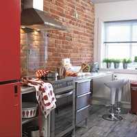<b>STÅLGLANS:</b> Rustfrie overflater på kjøkkenet trenger stell og pleie. Vann og såpe kan lett gi skjolder. Derfor finnes det spesialprodukter. (Foto: Kristian Owren/ifi.no)