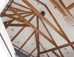 Den gamle, vakre takkonstruksjonen over loftet kan sees fra kontoretasjen.