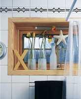 Direkte vannsprut på vinduet forhindres av et transparent dusjforheng. Karmen ble lutet og oljet.
