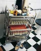 En lekker og mobil trillevogn i blankt stål ble valgt til håndklær og baderomsartikler.