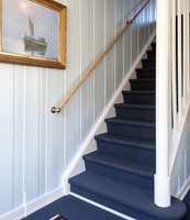 BLÅ TRAPP: Innenfor den oransje entreen fortsetter Finn med blått. Den teppebelagte trappen leder opp til flere av fargene fra hans bukett. Teppe Eco Weave farge 3920082 fra DANFLOOR. Veggene malt i Farge Shiny Le Havre SN.02.77 fra NORDSJÖ