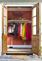 ORANSJE ENTRE: Finn har to favoritter: oransje og blått. Da han pusset opp nylig, ble entreen oransje og gir en livlig og varm velkomst. Veggene: Tapet med biemønster fra Thibaut, T5648, Bee col red. GREEN APPLE Gulv: Teppe Eco Weave farge 3920082 – DANFLOOR