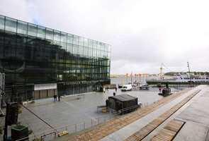 Uteamfiet ved konserthuset i Stavanger er laget av blokker av kinesisk granitt, med gress mellom opptrinnene.