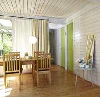 De gressgrønne dørene kommer mer til sin rett nå som veggene har blitt hvitere, og skaper en spennende kontrast i rommet.