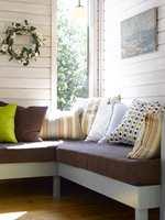 Delikate farger som trives godt sammen mot de lyse, transparente veggene.