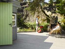 Dørene inni hytta er malt gressgrønne, en spennende kontrast til gråfargene og fint avstemt i forhold til naturen.