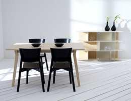 Svenske Stolab har lenge vært forknippet med høykvalitetsmøbler i bjørk. Nå har de tatt frem en spiseromsmøbel i ask. Møblene er formgitt av Matilda Lindblom. Ask er et lyst og sterkt treslag som er godt egnet i denne tidløse kolleksjonen med stol, bord  i to størrelser og et praktisk sidebord. Foto: Produsenten