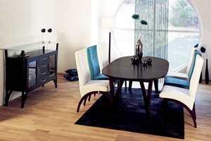 I fjor lanserte Sandvik den nye spisestolen Epsilon, hvor du kan vippe ryggen bakover, lene deg tilbake og sitte godt etter et stort måltid. Nå kommer serien i flere farger - blant annet i wengetre. Foto: Produsenten