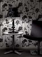 Hele 62 centimeter høy er bordlampen Bacco fra LampGustaf. Skjerm i sort med ornamentale mønster i flokkteknikk. Foto: Produsenten