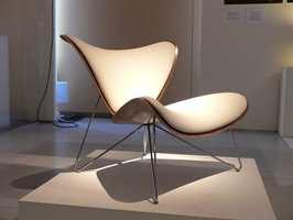 Lars Tornøes masterarbeid fra i fjor, stolen Copenhagen, vil bli produsert av Fora Form. Copenhagen er en skallstol presset i 3D-finer og ikke helt ukomplisert å få til i produksjonen, har det vist seg. Testing pågår, men håpet er å få den stabil nok til å bli lansert etter hvert. Lounge-stolen har sete med tynn polstring og en smekker bølgende form. Foto: Bjarte Bjørkum