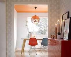 Fargen synes godt fra stuen, og er godt avstemt mot fargene også der – en spennende måte å fargesette på.