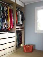 EN DRØM AV ET ROM Det er ikke alle forunt å ha en egen garderobe, og dette har blitt et av favorittrommene i huset. Veggene er holdt i en rolig, blågrønn farge (S 2010-B50G) – en perfekt bakgrunn for klærne i alle regnbuens farger, eikeskapene og det gylne sisalteppet.