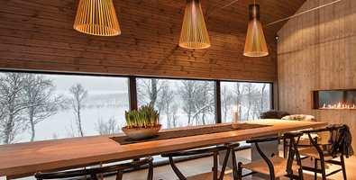 <b>STEMNING:</b> I en moderne hytte med høyt under taket og store vinduer skapes hyttestemning med beis i samme farge på tak og vegger. (Foto: Tyrilin)