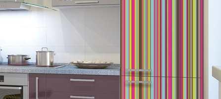 Kjøleskap og oppvaskmaskin trenger ikke å være kjedelig hvite. Sett opp dekorative stickers, og få helt nye hvitevarer for en billig penge.