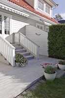 <b>STILIG OG SLITESTERK:</b> Etter ett strøk med terrassebeis vil plattingen holde seg pen i flere år. Fargen her er Gnejs 9129 fra Beckers, en lys gråfarge som harmonerer med fasaden.