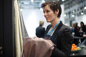 Janne Muri fra den norske importøren Intag studerer her Création Baumanns nye kolleksjon av metallbelagte temperaturregulerende gardiner.