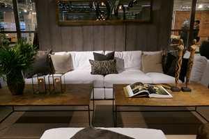 <b>HVIT SOFA:</b> Hos Artwood er det fristende å krype opp i sofaen. Også i Paris merket vi oss mange hvite sofaer i en rustikk, elegant ramme.