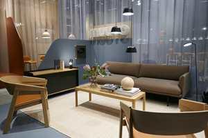 <b>MYK VARIANT:</b> Hos Muuto mykes helheten opp med lyst teppe og bølgende transparente tekstiler.