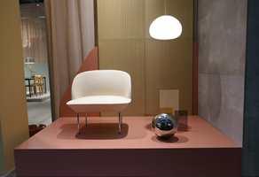 <b>NORSK DESIGN:</b> Elegante Oslo Lounge Chair, tegnet av Anderssen og Voll, tidstypisk sammen med taktile overflatematerialer i varme jordfarger.