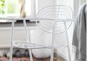Med lakkmaling kan du få stolen og veggen i samme farge, og bruke den samme malingen. Lakkmalingen gir en hard og slitesterk overflate og fungerer like godt på metall som på treflater.