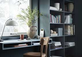 <b>SLITESTERK:</b> Den malte flaten får et hardt og slitesterkt sjikt som tåler å brukes og å rengjøres. Bordet og hyllene er malt i «Petroleum 790» og stolen i «Rooibos 658».
