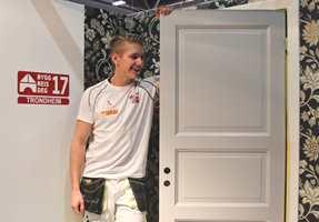 <b>STOLT:</b> Thomas Øyen Kristiansen er stolt av faget sitt. Han syns det er gøy å se forandring så fort. Her under NM i malerfag.