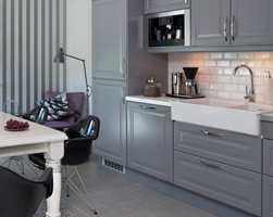 Den ene stolen har hovedplass på kjøkkenet.