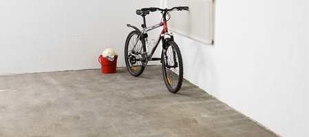 Mange har opplevd å få fuktflekker og saltutslag på betonggulv i kjeller, garasje eller på uteområder av betong. Nå finnes det hjelp som kan stoppe fukt og saltutslag.