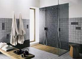 <b>STOR DRØM:</b> Med stor dusjsone og sitteplass nærmer vi oss drømmebadet. (Foto: Golvabia)