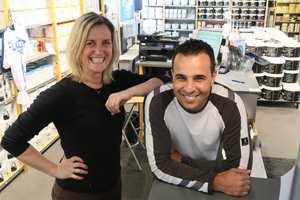 <b>STORE SMIL:</b> Når kundene kommer til Flügger på Høvik blir de møtt av glade ansatte. – Vi er alltid i godt humør, sier Marlyn Solvang og butikksjef Lahcen Jaabouk.