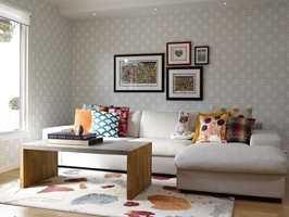 - Kunst, møbler og andre interiørelementer mot mønstrede vegger kan fungere veldig bra, som her mot Norsk Trellis-tapetet. De balanserer og fremhever hverandre på en god måte, sier konseptsjef Torhild Rustenberg hos Storeys.