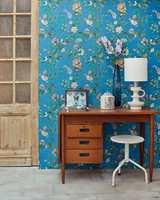 <b>TURKIS:</b> Er du glad i blått som farge, men trenger noe som gir litt mer energi enn en dus sotet blåfarge? Et mønstre tapet med turkis bunnfarge er et herlig innslag til hjemmekontoret. (Foto: Storeys)