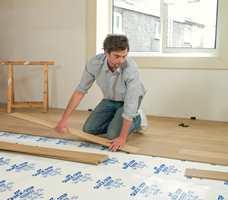 Du bør alltid legge en fuktsperre over flisene. Spesielt dersom flisene er lagt direkte oppå betonggulv.