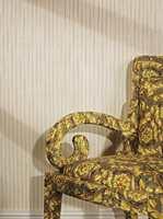 Skinnende luksus, mot en nymoderne stol.