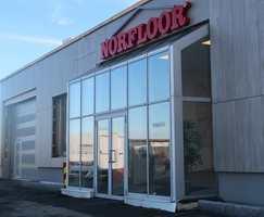 <b>STORT FORMAT:</b> Norfloors fasade på Tiller blir lagt merke til. Her er det montert gigantiske fliser.